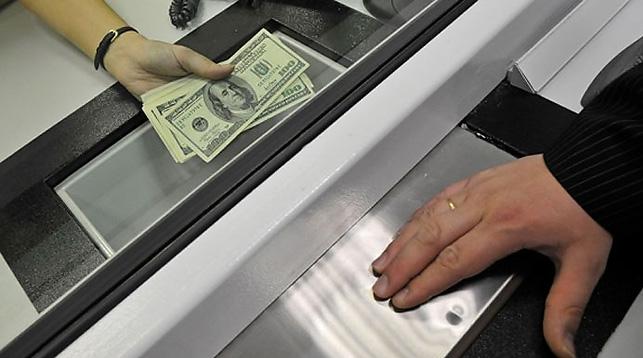 Доллары в кассе банка