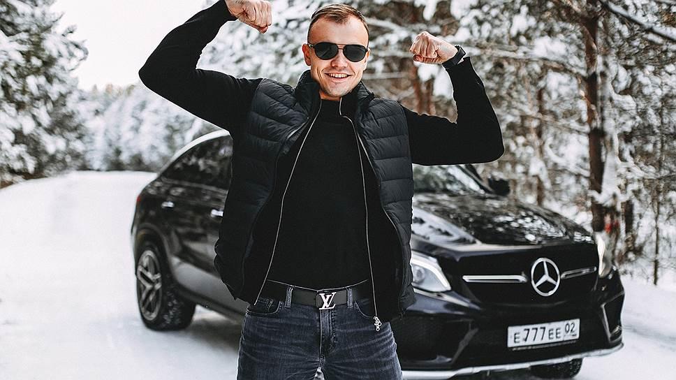 Дмитрий Ладесов на снегу возле машины