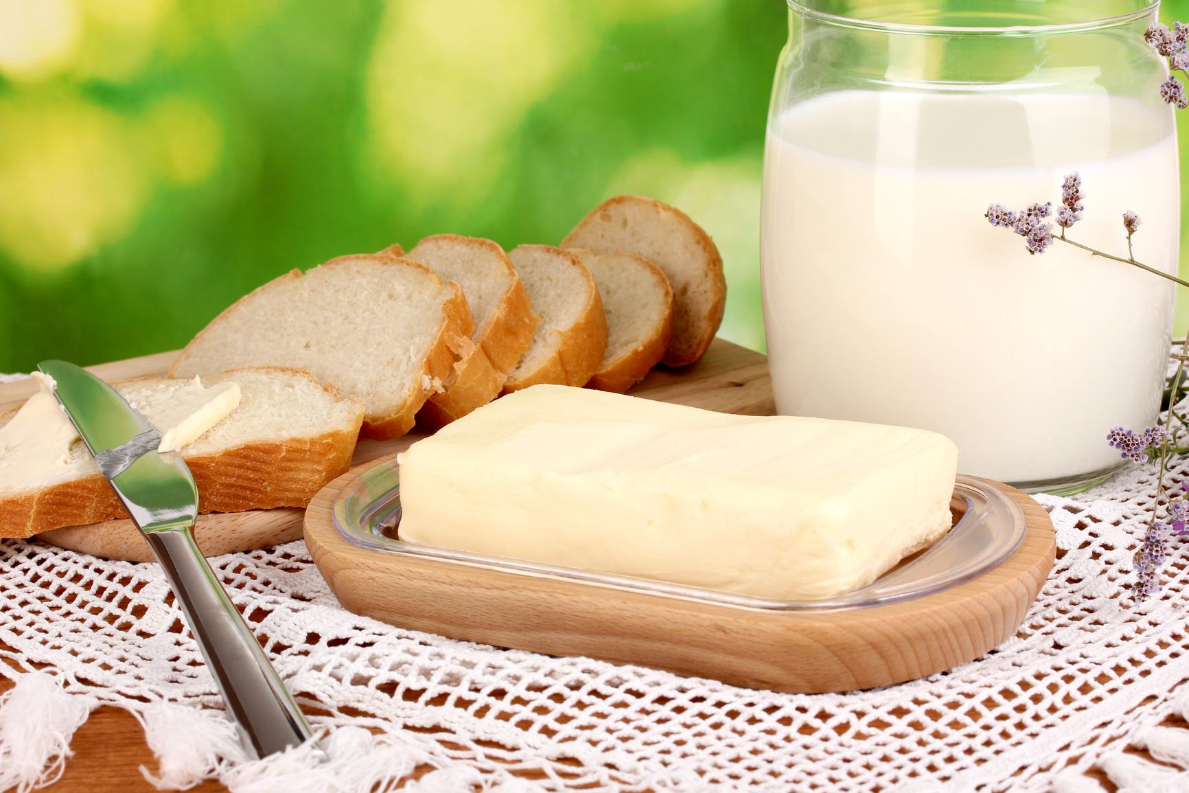 Масло, молоко, хлеб и нож