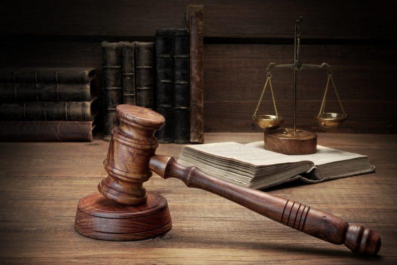 Молоток судьи и весы