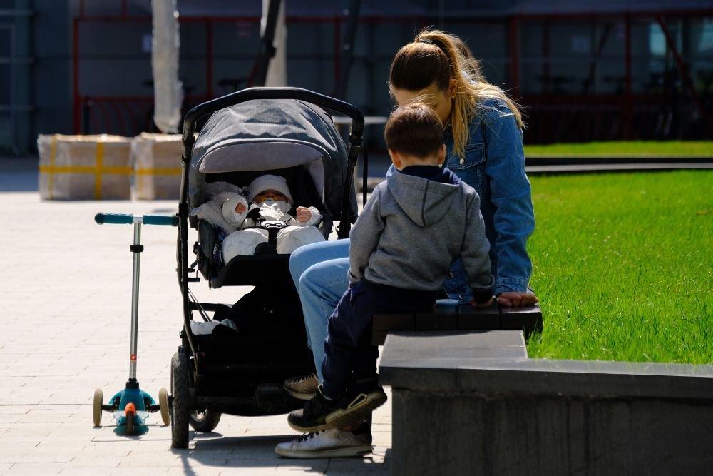 Мама с коляской и двумя детьми
