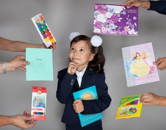 Ученица и школьные принадлежности