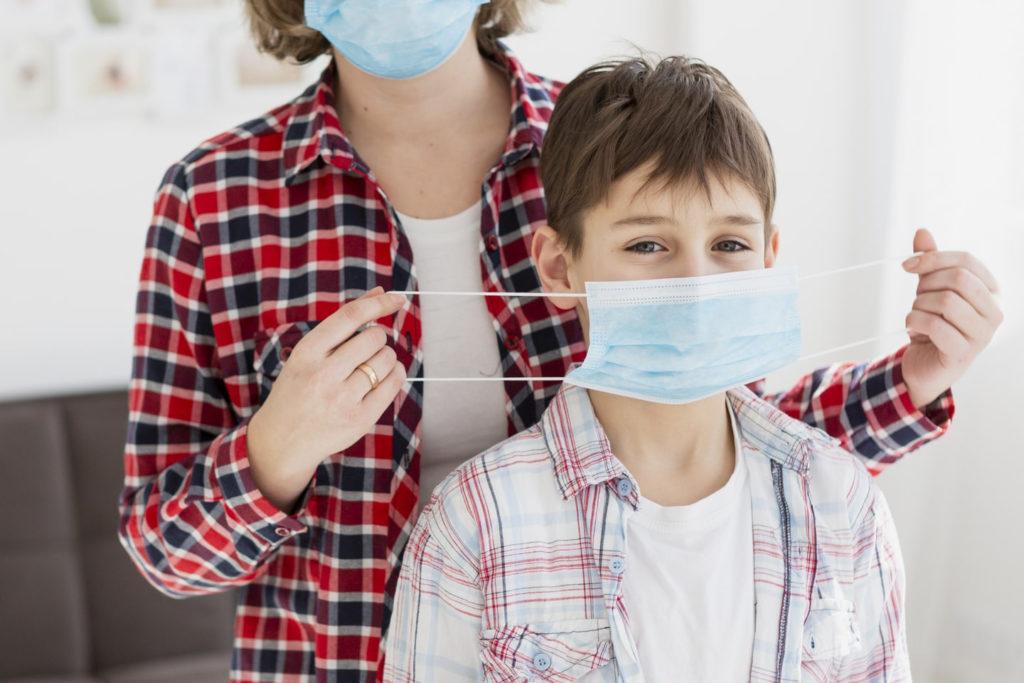 Женщина и мальчик в медицинских масках