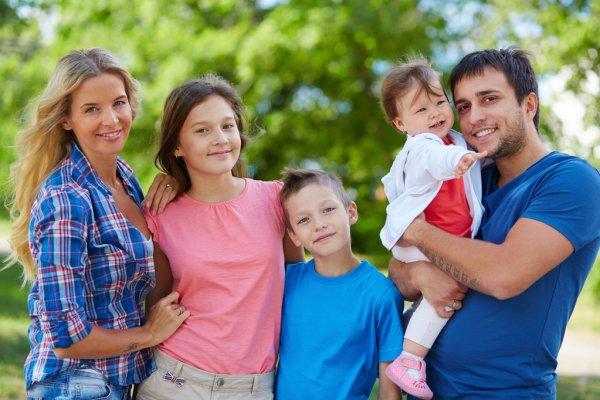 Родители и трое детей