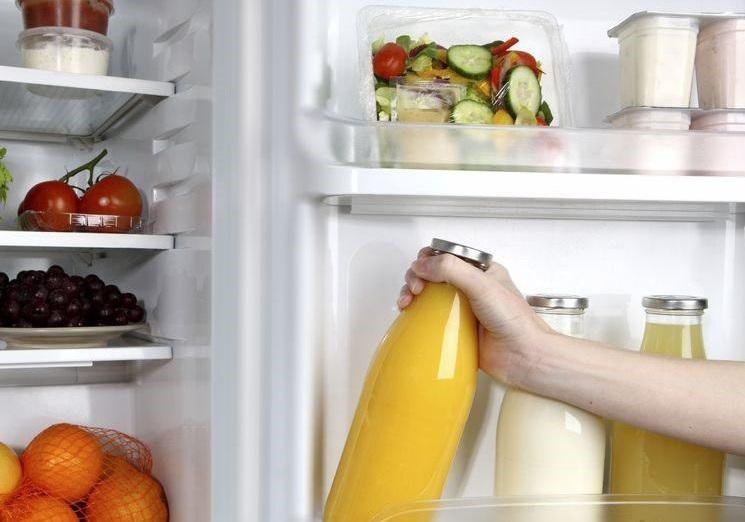 Бутылка сока в холодильнике
