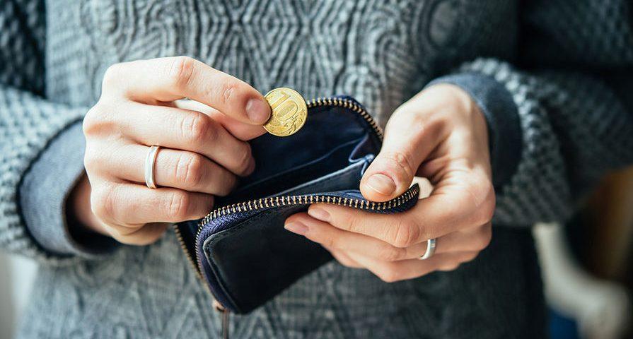 10 рублей в руках и пустой кошелек