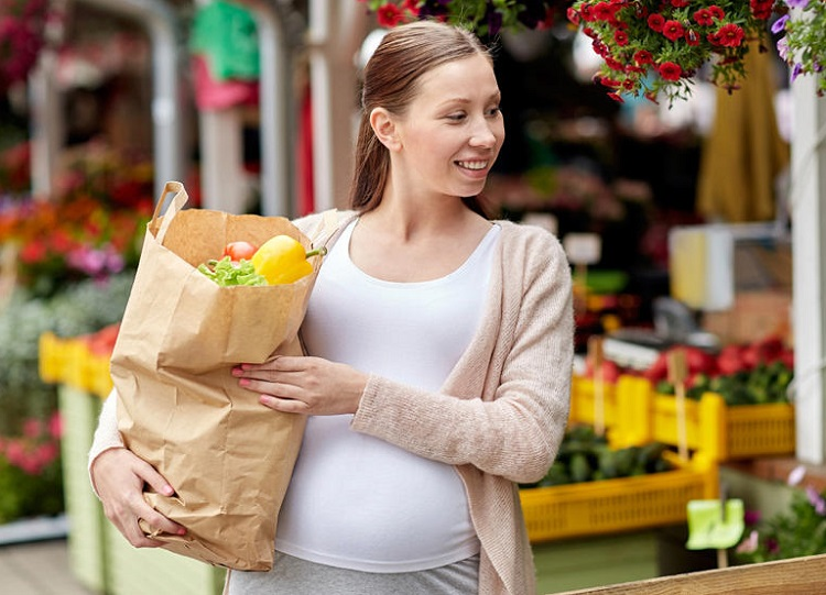 Беременная девушка купила фрукты