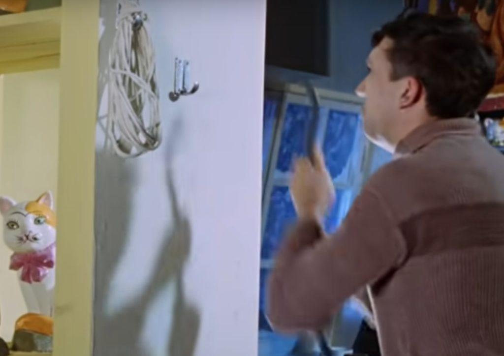Никулин срывает крючки со стены