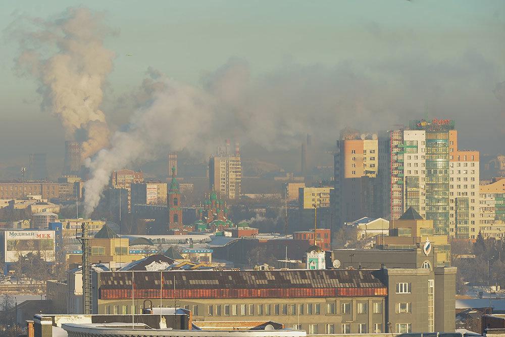 Вид на Челябинск и дымящие трубы