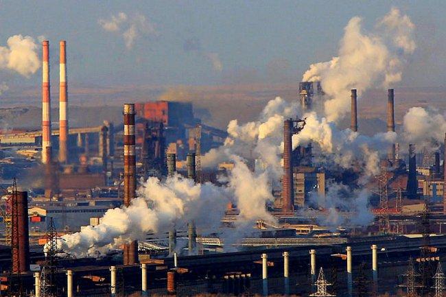 Дым труб заводов Магнитогорска