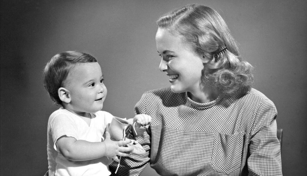 Девушка с малышом на черно-белом фото