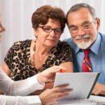 Пара пенсионного возраста на консультации