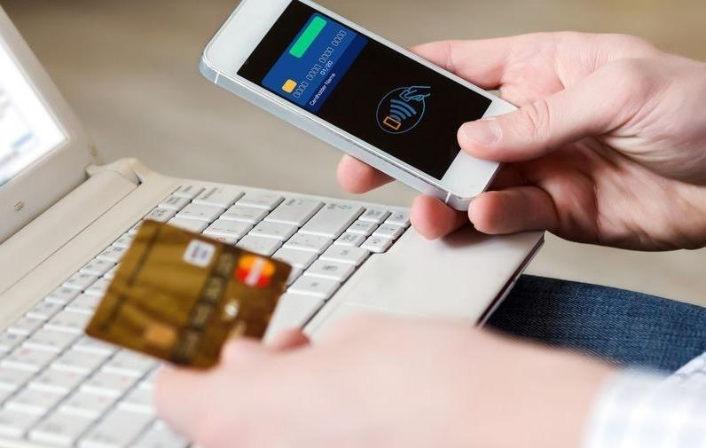 Ввод в смартфон данных банковской карты