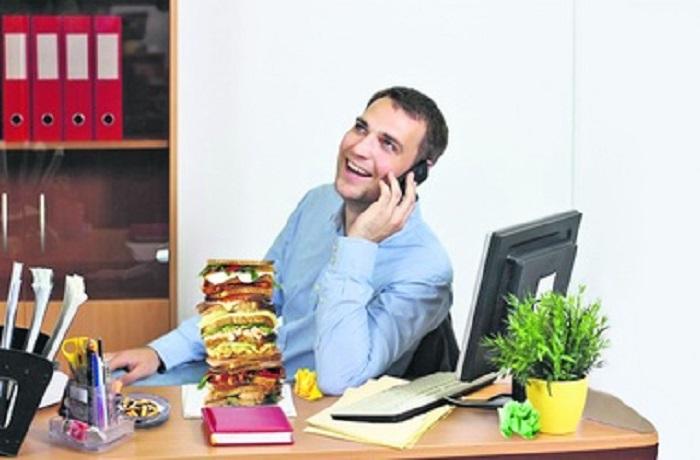 Парень разговаривает по телефону в офисе