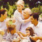 Пожилые люди, их дети и внуки