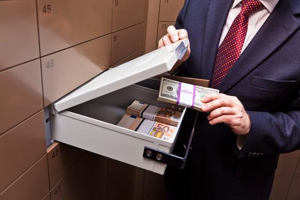 Пачки денег в чемодане