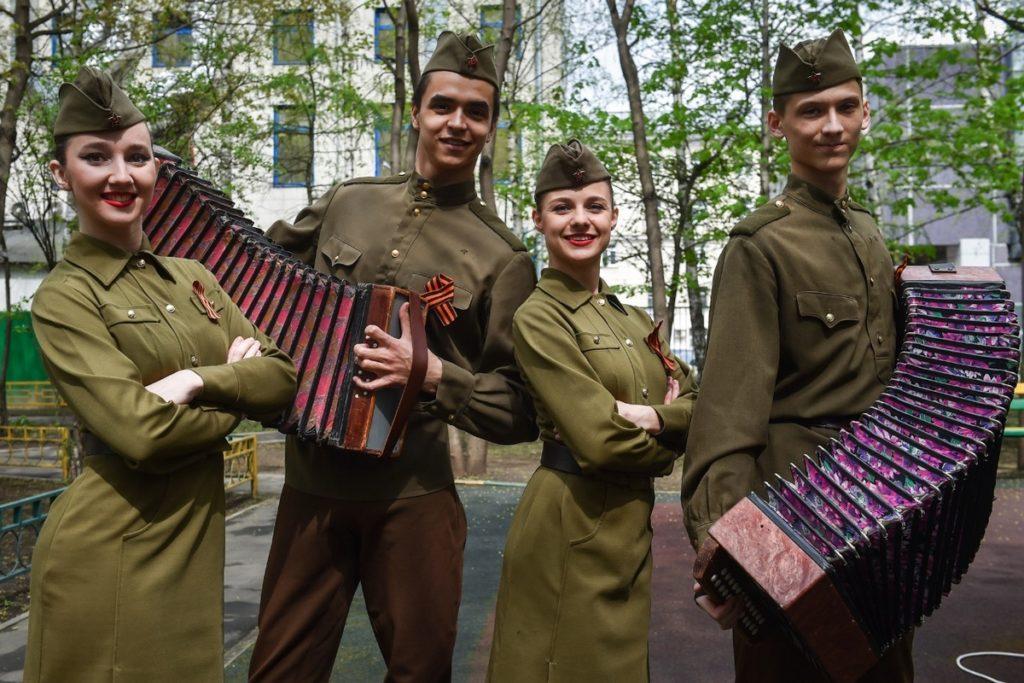 Музыканты в солдатской форме