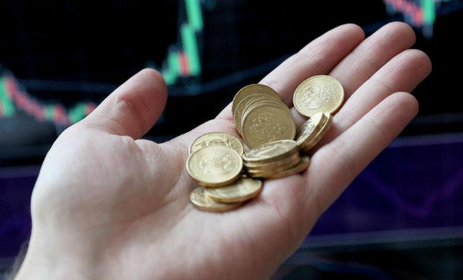 Монеты по 10 рублей в руке