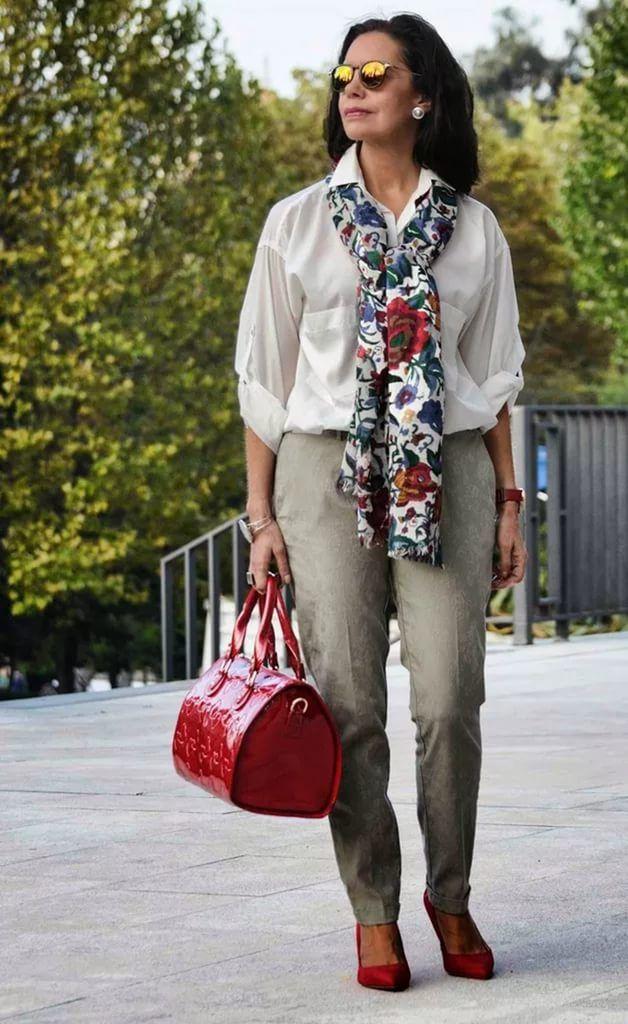 Женщина в шарфе с цветами