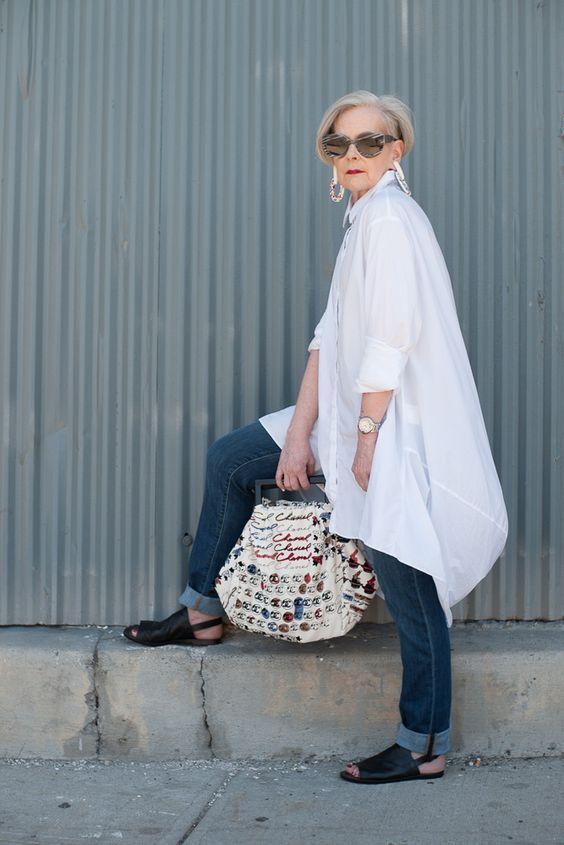 Женщина в белой тунике