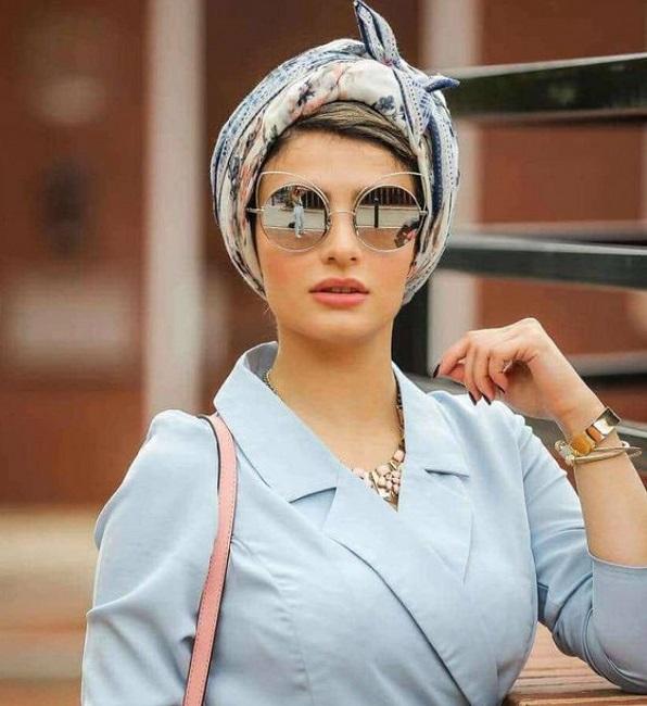 Женщина в цветном тюрбане и очках