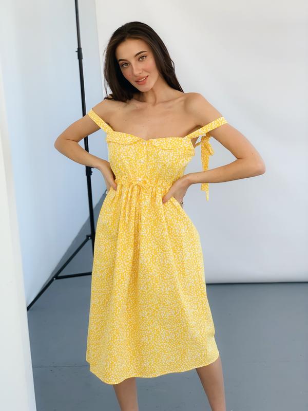 Девушка в желтом летнем сарафане
