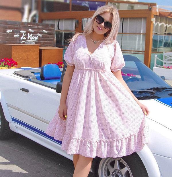 Женщина в платье с завышенной талией