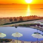 Египетский отель и прилегающий пляж на закатном солнце