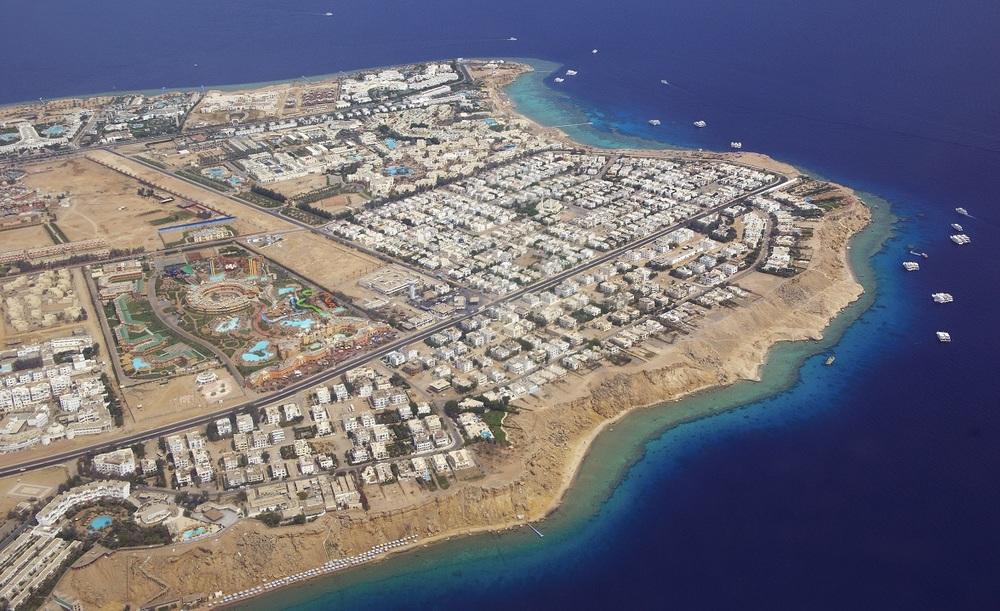 Вид на египетский курорт и Красное море с самолета