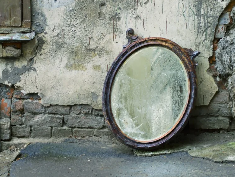 Зеркало возле стены дома