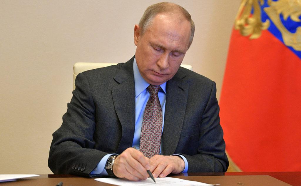 Президент Путин подписывает документ