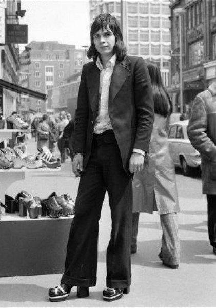 Черно-белое фото парня на каблуках