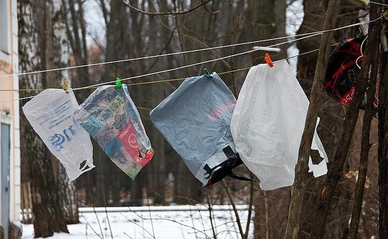 Пакеты сушатся на веревке