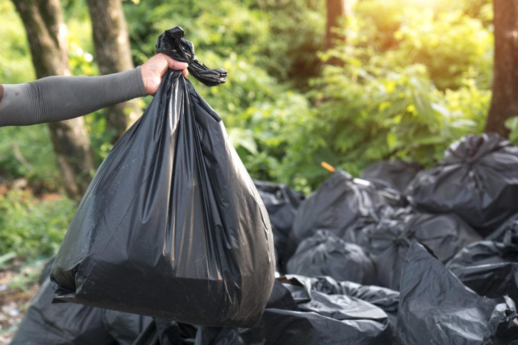 Черные пакеты с мусором