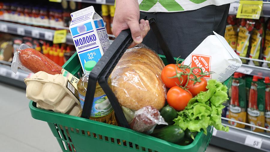 Продукты в корзине в супермаркете