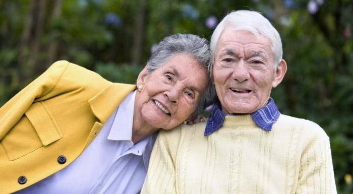 Пара пожилых людей