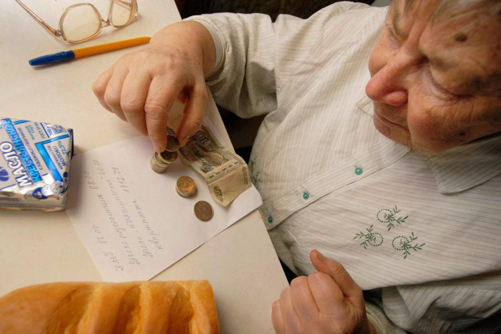 Пенсионерка считает деньги
