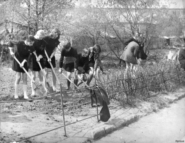 Школьники СССР на субботнике