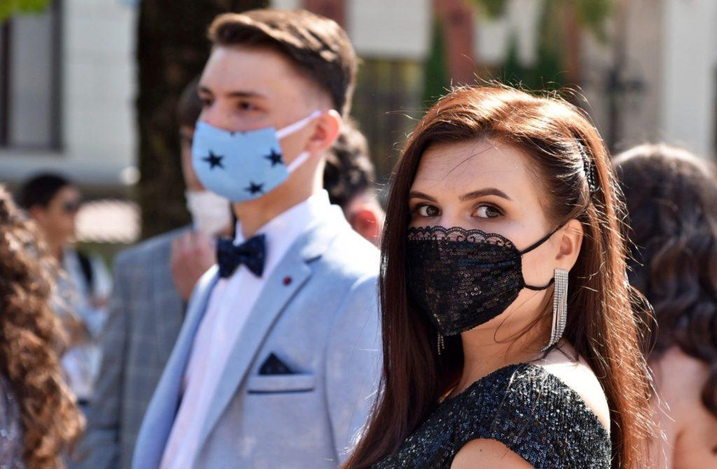 Выпускники в праздничных масках