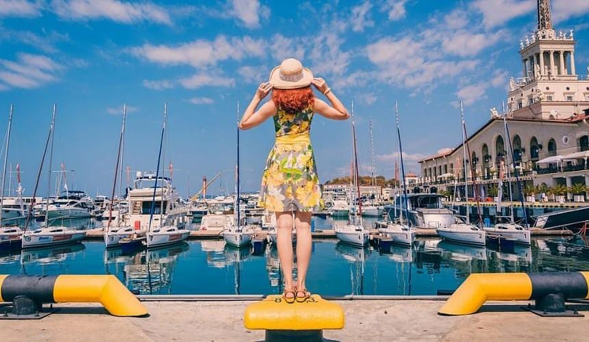 Девушка в шляпке на сочинской набережной