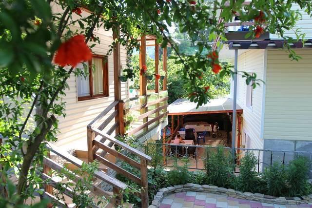 Двор частных домиков в Сочи
