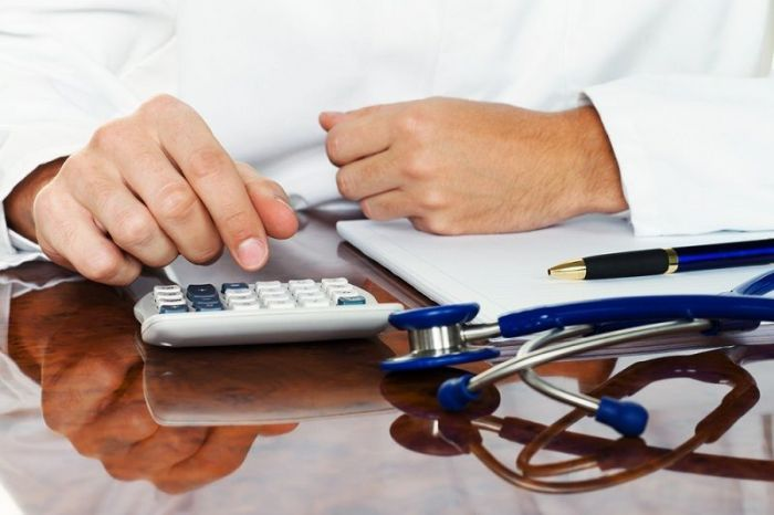 Калькулятор, стетоскоп и ручка
