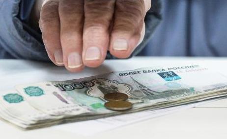 Рука, купюры и монеты