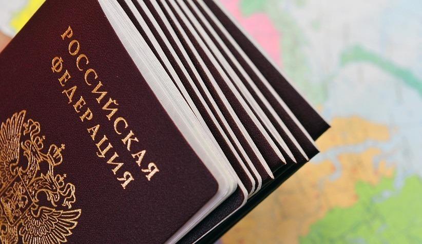 Российские паспорта на фоне географической карты