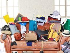 Много вещей на диване