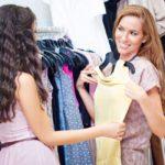 Девушка выбирает платье