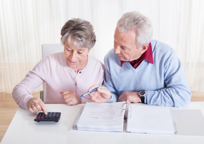 Пенсионеры считают на калькуляторе