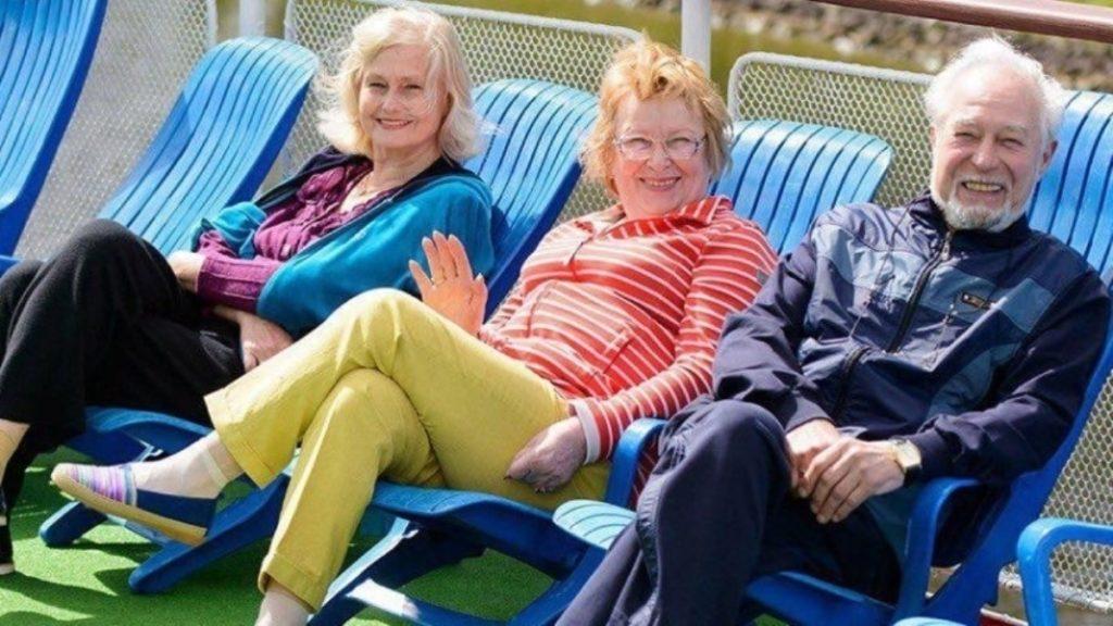 Пожилые люди на креслах