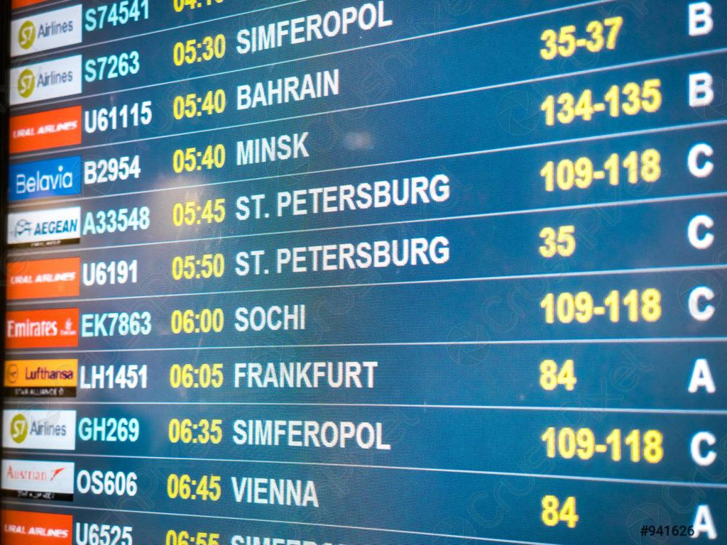 Табло с расписанием авиарейсов в аэропорту Домодедово