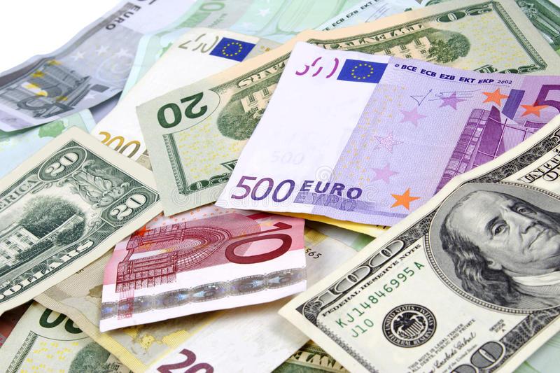 Купюры долларов и евро